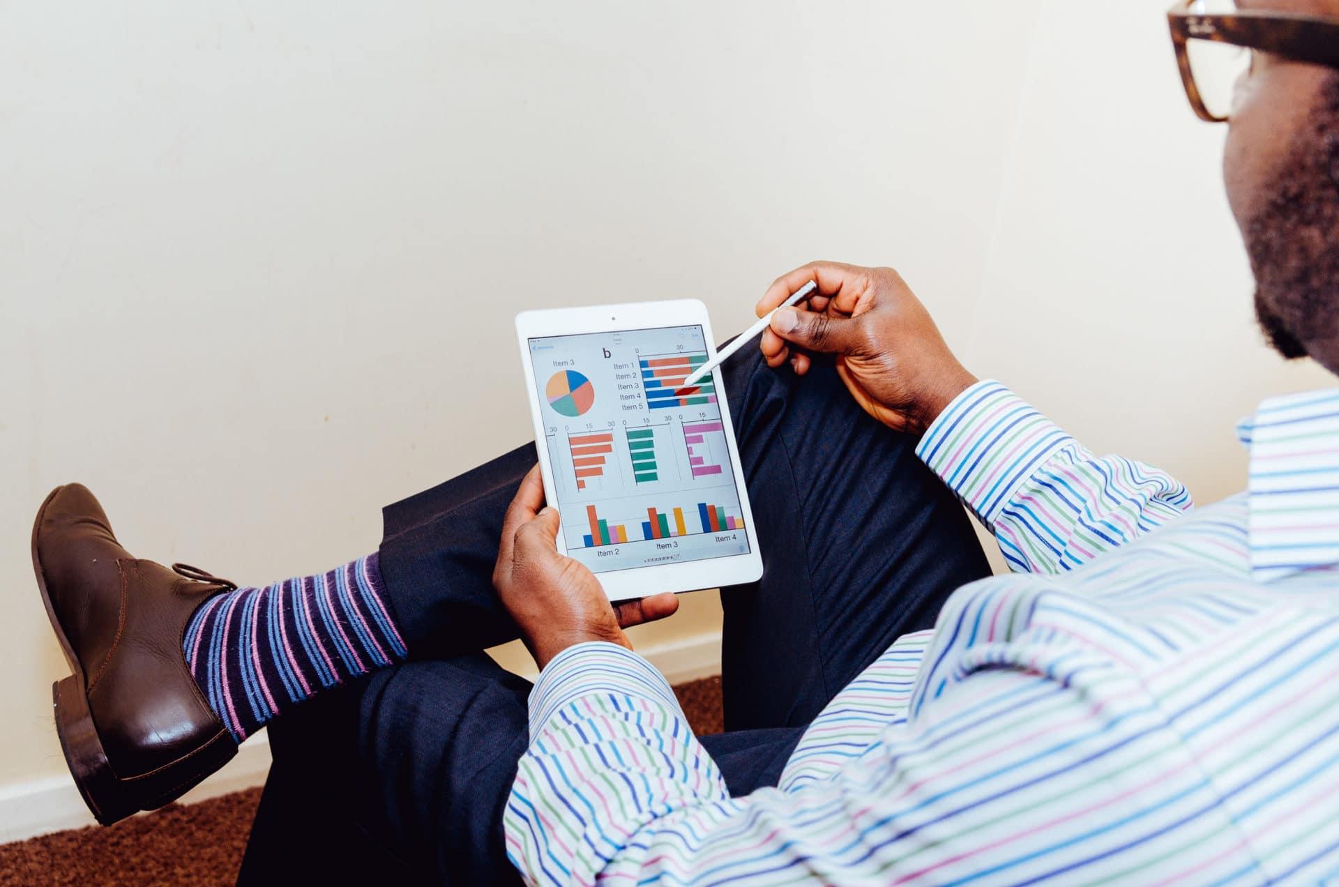 homme avec une tablette et statistiques recrutement cabinet de conseil